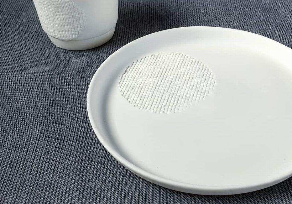 Teller mit Raster Punkt Atelier für Porzellangestaltung