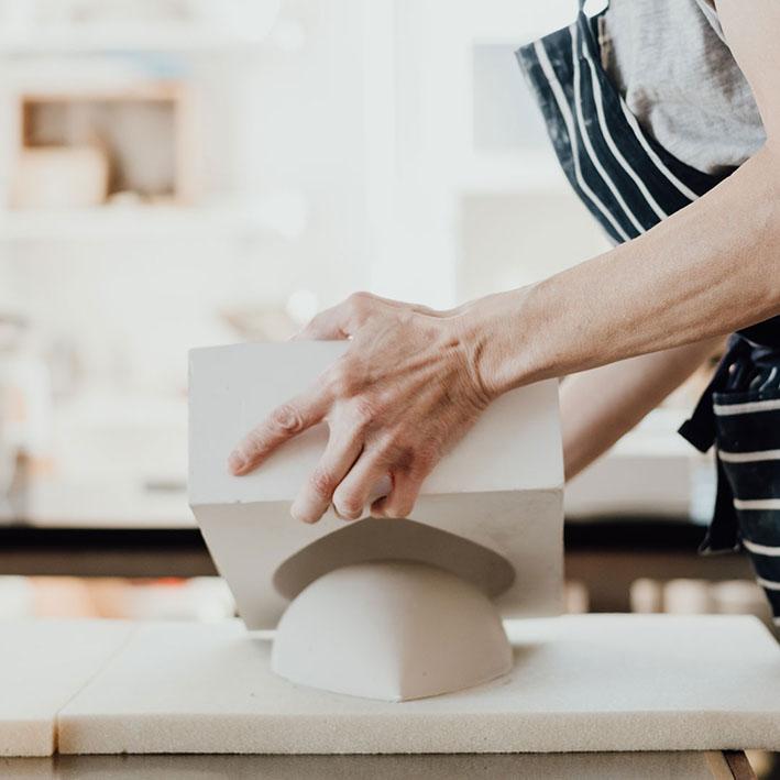fragile handgemachtes Porzellan entsteht